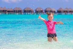 Meisje die pret op tropisch strand hebben met Royalty-vrije Stock Fotografie
