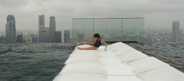 Meisje die pret in pool in Singapore hebben Royalty-vrije Stock Afbeelding