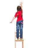 Meisje die rode t-shirt dragen en uit iets bereiken omhoog hallo stock foto