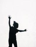 Meisje die rond op de witte muurachtergrond springen Stock Afbeeldingen