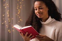 Meisje die rood behandeld boek houden royalty-vrije stock afbeeldingen
