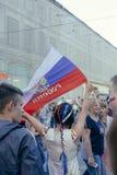 Meisje die Russische vlag waveing terwijl het vieren van overwinning van Russisch n Royalty-vrije Stock Fotografie