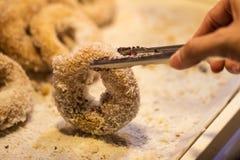 Meisje ` die s omhoog doughnut met de hand plukken Royalty-vrije Stock Afbeeldingen