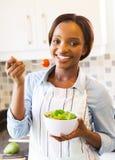 Meisje die Salade eten stock foto's