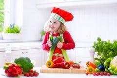 Meisje die salade voor diner maken Stock Afbeeldingen