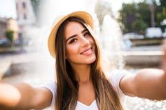 Meisje die selfie foto nemen dichtbij fontein royalty-vrije stock fotografie