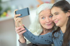 Meisje die selfie met oma nemen Royalty-vrije Stock Foto