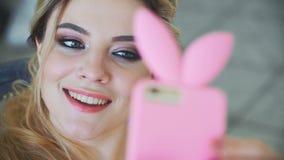 Meisje die selfie telefoon het glimlachen close-up doen stock videobeelden