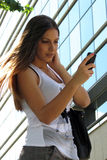 Meisje die sms, het texting typen Stock Foto