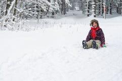 Meisje die in Sneeuw lachen Stock Foto