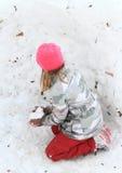 Meisje die sneeuwbal maken Stock Fotografie