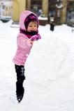 Meisje die sneeuwman maken Stock Afbeelding