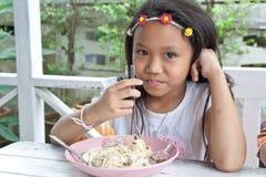 Meisje die spaghetti eten. Stock Afbeelding