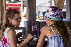 Meisje die strude eten stock afbeeldingen