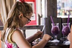 Meisje die strude eten royalty-vrije stock afbeeldingen