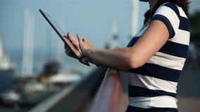 Meisje die tablet gebruiken stock videobeelden