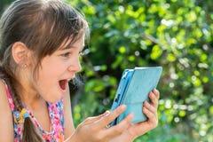 Meisje die tablet kijken Stock Afbeelding