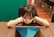 Meisje die tablet op publiek bekijken Stock Fotografie