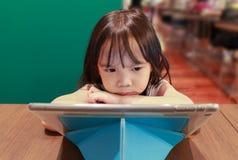 Meisje die tablet op publiek bekijken Royalty-vrije Stock Afbeelding