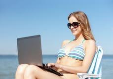 Meisje die tabletpc bekijken op het strand Stock Afbeeldingen