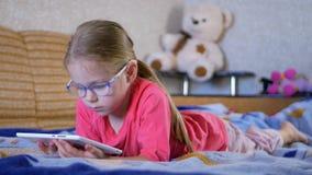 Meisje die tabletpc thuis met behulp van stock videobeelden