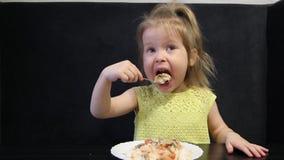 Meisje die tandpijn hebben terwijl het eten stock video