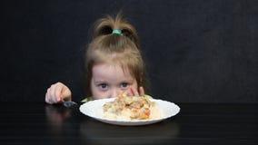 Meisje die tandpijn hebben terwijl het eten stock videobeelden