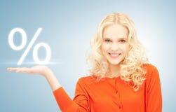 Meisje die teken van percenten in haar hand tonen royalty-vrije stock afbeelding