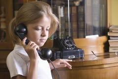 Meisje die Telefoon thuis met behulp van royalty-vrije stock afbeeldingen