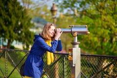 Meisje die telescoop voor sightseeing gebruiken Stock Afbeelding
