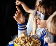 Meisje die terwijl het Letten van op 3D Film met richten Stock Foto
