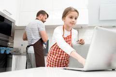 Meisje die thuis koken stock fotografie