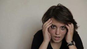 Meisje die tienerzelfmoord schreeuwen stock videobeelden