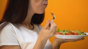 Meisje die tomaat en groene groenten, gezonde voeding voor gewichtsverlies eten, vitaminen stock video