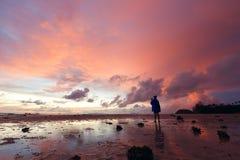 Meisje die tot foto maken roze zonsondergang over het overzees Royalty-vrije Stock Fotografie