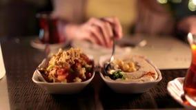 Meisje die Turkse vegetarische maaltijd eten stock video