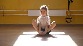 Meisje die Uitrekkende Oefening in een Gymnastiek doen stock videobeelden