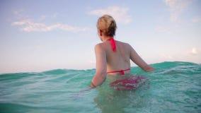 Meisje die in Vakantie in de Oceaan lopen stock footage