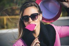 Meisje die valse roze lippen houden Royalty-vrije Stock Afbeelding