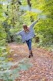 meisje die van de gang genieten door het bos stock foto's
