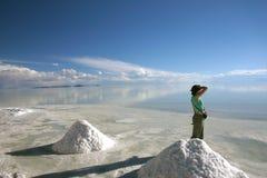 Meisje die van de mening van de zoute vlakten van Salar genieten Uyuni in Bolivië Stock Foto