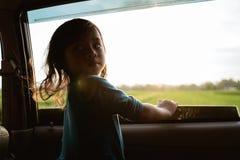 Meisje die van de reis in achterbank genieten royalty-vrije stock foto's