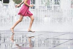 Meisje die van de zomer genieten die vrij fonteinwater doornemen Stock Fotografie