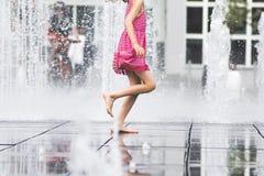Meisje die van de zomer genieten die vrij fonteinwater doornemen Royalty-vrije Stock Afbeeldingen