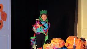 Meisje die van een Halloween-Kostuum krijgen stock videobeelden