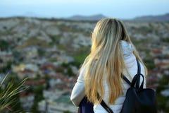 Meisje die van een heuvel aan de vulkanische rotsen in de vallei kijken van Stock Fotografie