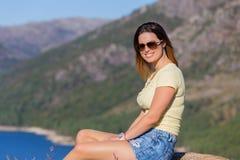 Meisje die van het meer genieten Royalty-vrije Stock Foto