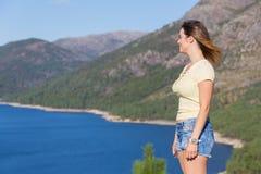 Meisje die van het meer genieten Stock Foto