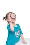 Meisje die vergrootglas over wit met behulp van royalty-vrije stock afbeelding