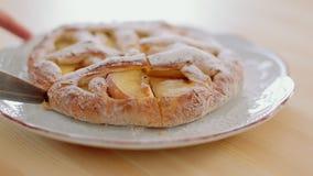 meisje die vers gebakken appeltaart met scherp keukenmes snijden stock video